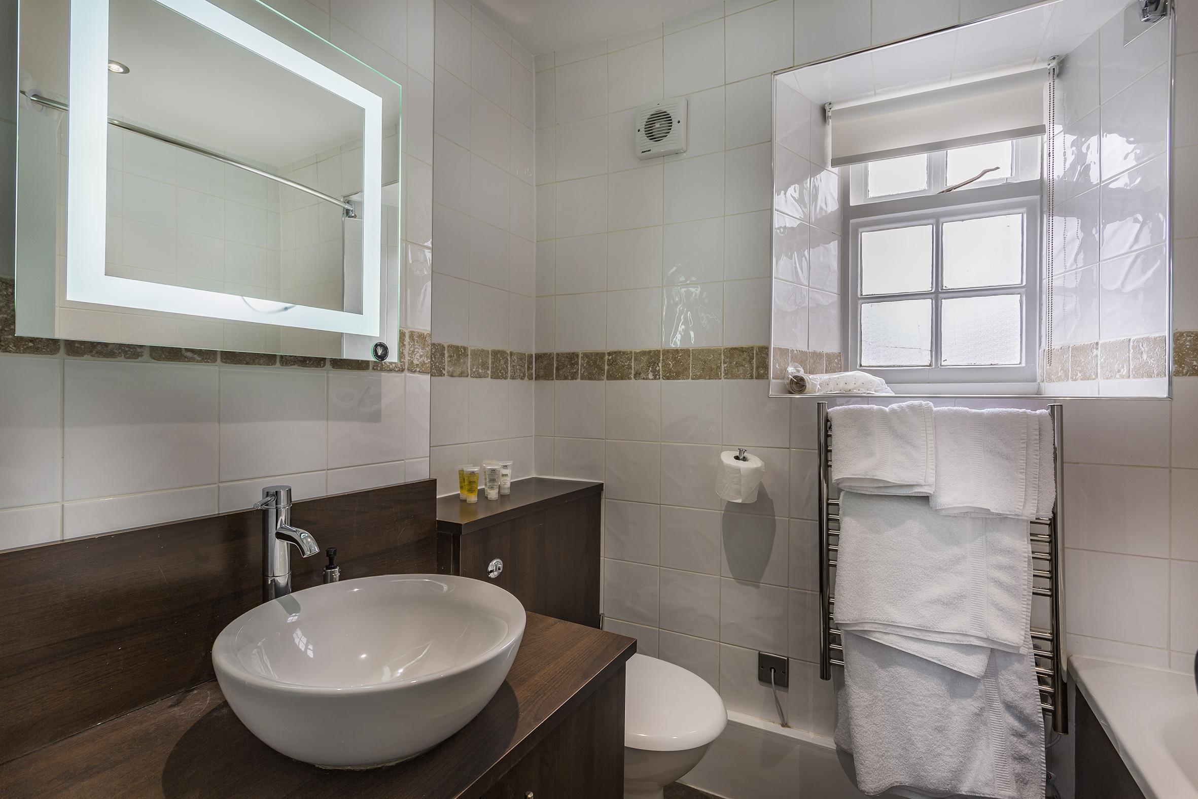 WhiteHartRoyal_Room_114_Bathroom2.jpg