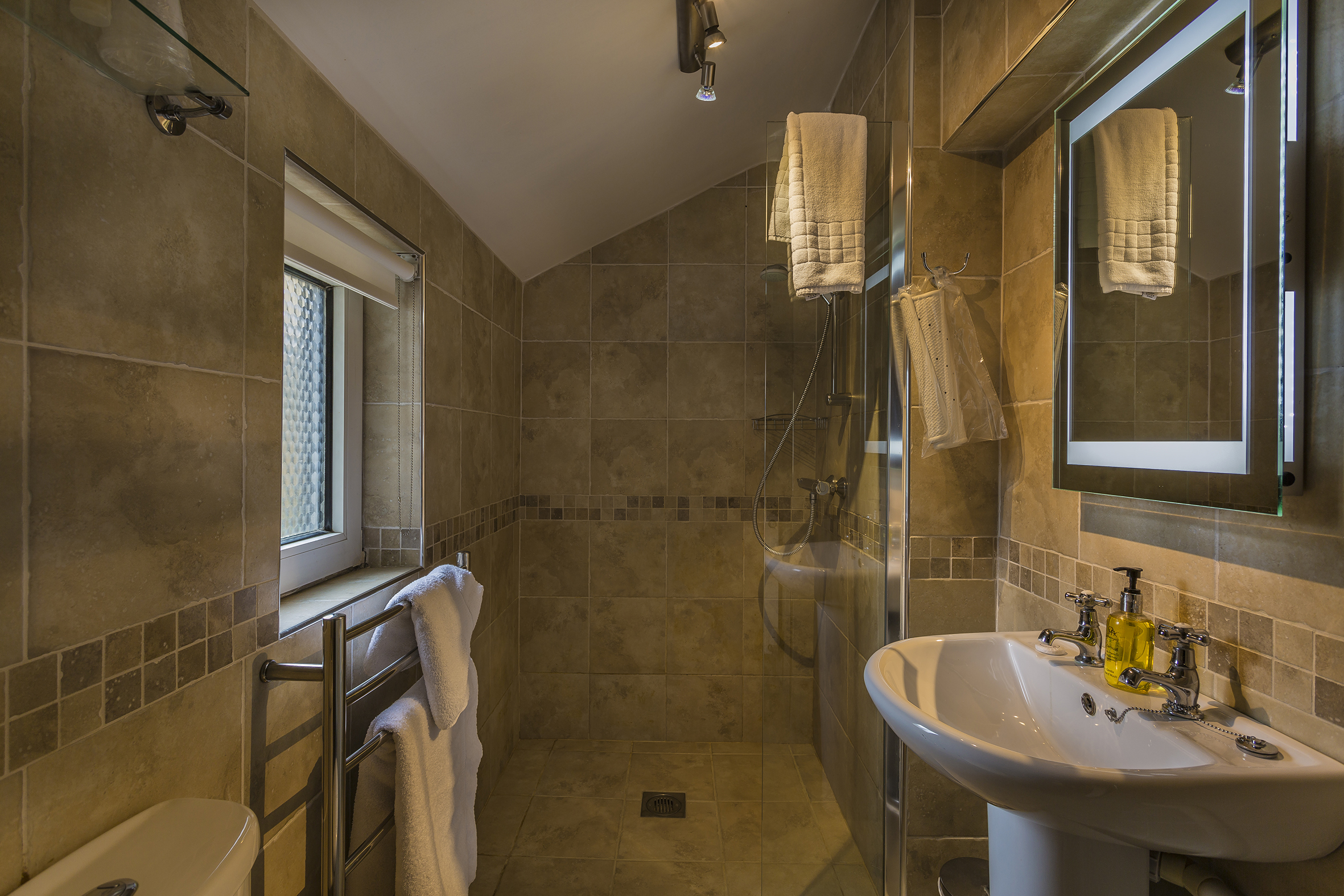 WhiteHartRoyal_Room_117_Bathroom.jpg