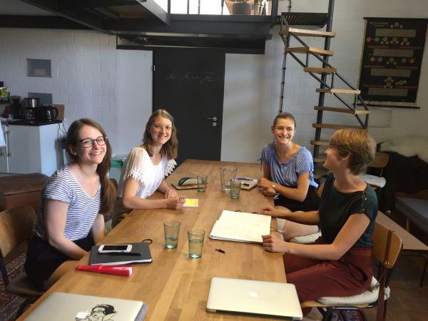 Klara beim Workshop mit Mitgliedern von Kreidestaub im cocreation.loft in Berlin