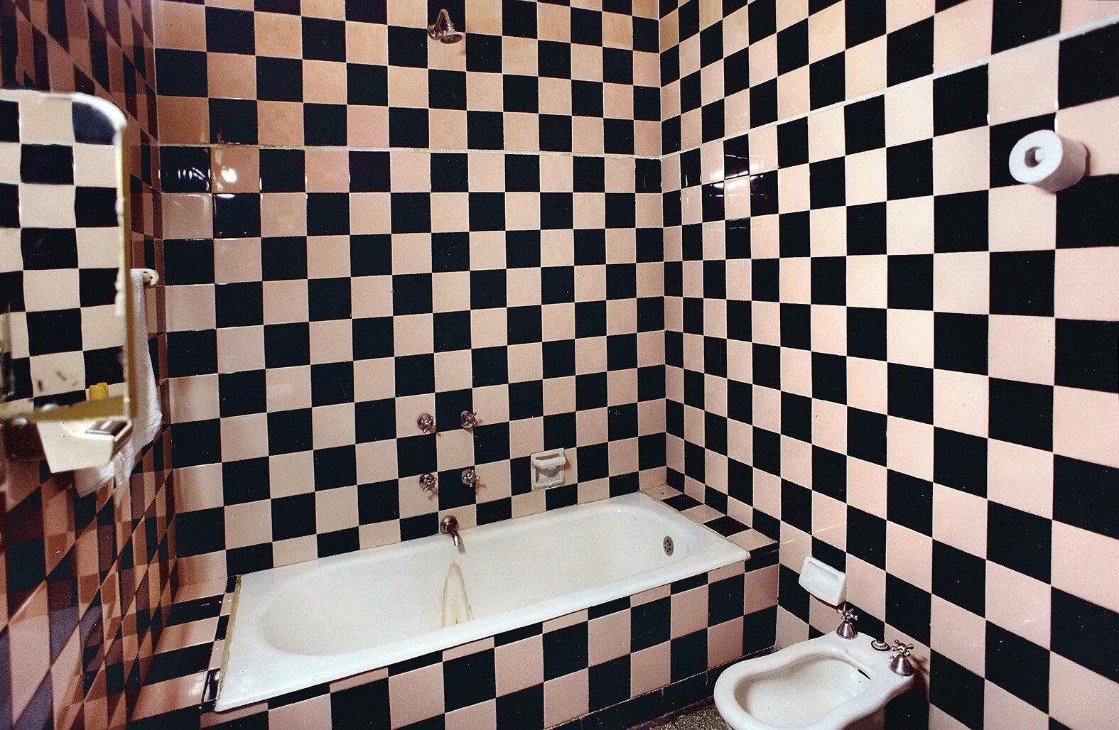 05 Baño cuadriculado-Checked bathroom 2000 copia.jpg