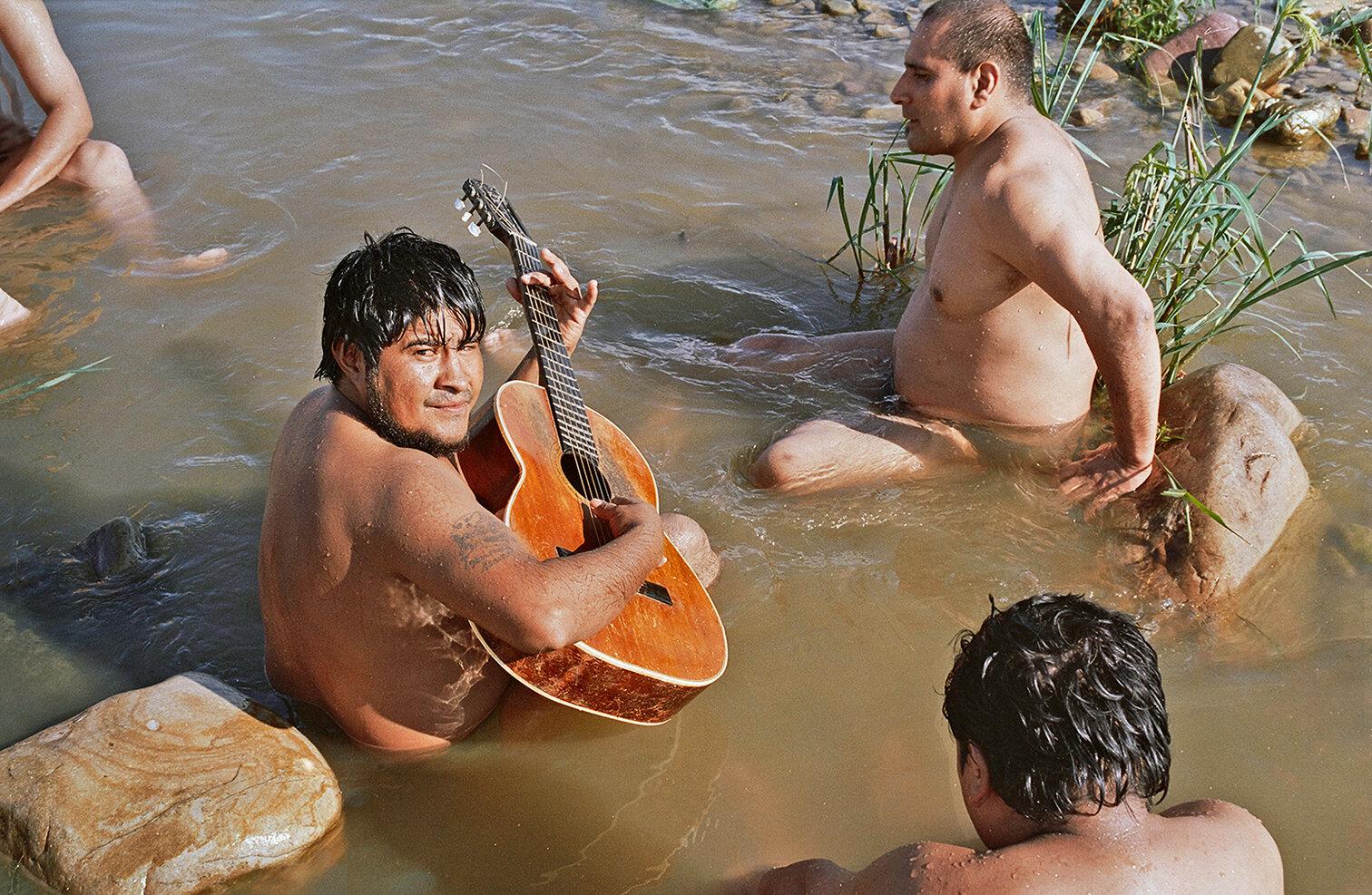33 Hombres en el río Vaqueros Men in the Vaqueros river 2001.jpg