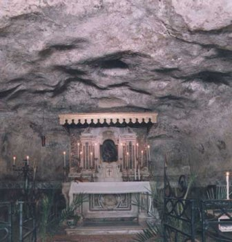 The cave with the round sky light in the ceiling