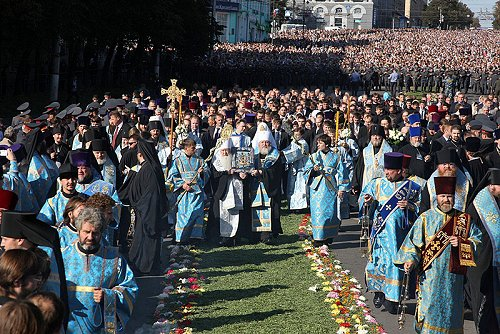 The original icon comes to Kursk for a visit from New York.  More than 30,000 faithful greet it.
