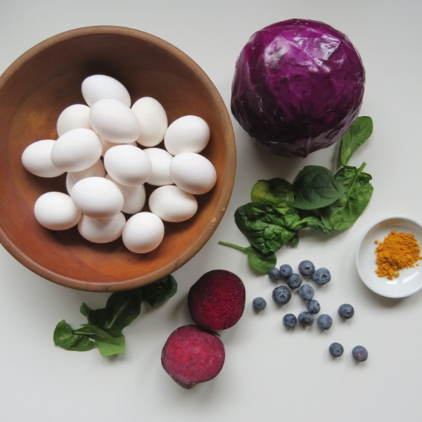 using natural products only to dye Easter eggs at Foragedhome.com