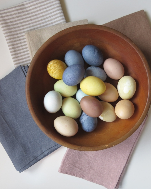 how to naturally dye easter eggs at Foragedhome.com