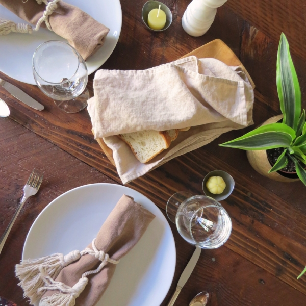 Simple dinner party table decor from Foragedhome.com