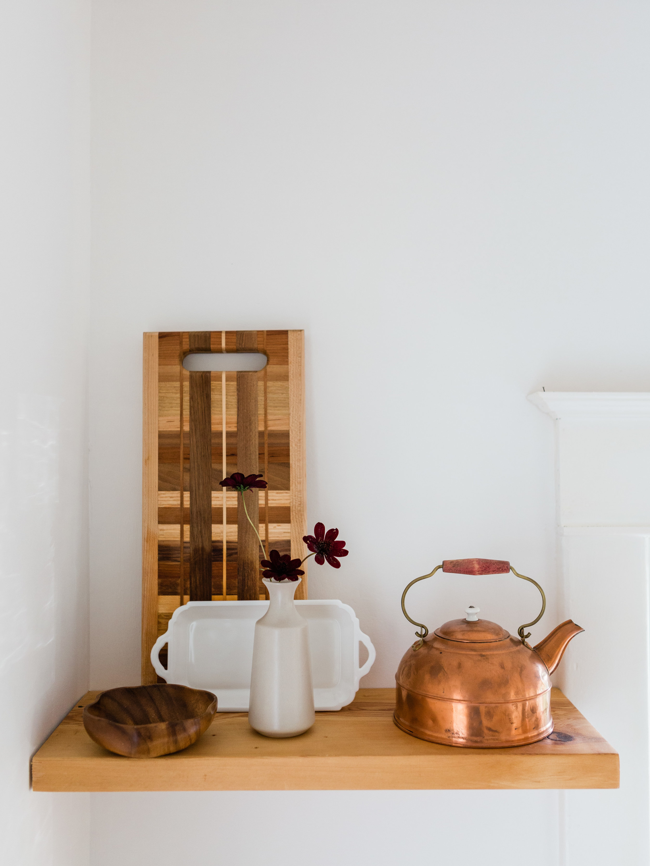 Simple and minimal open shelves in kitchen from Foragedhome.com