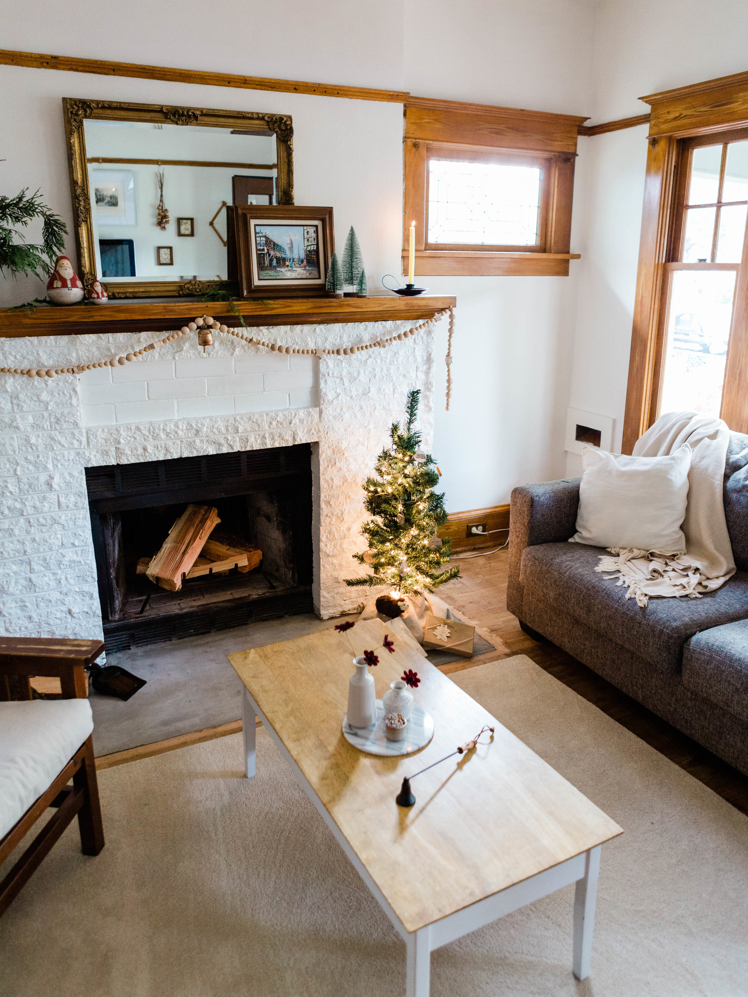 Simple and minimal living room Christmas decor from Foragedhome.com