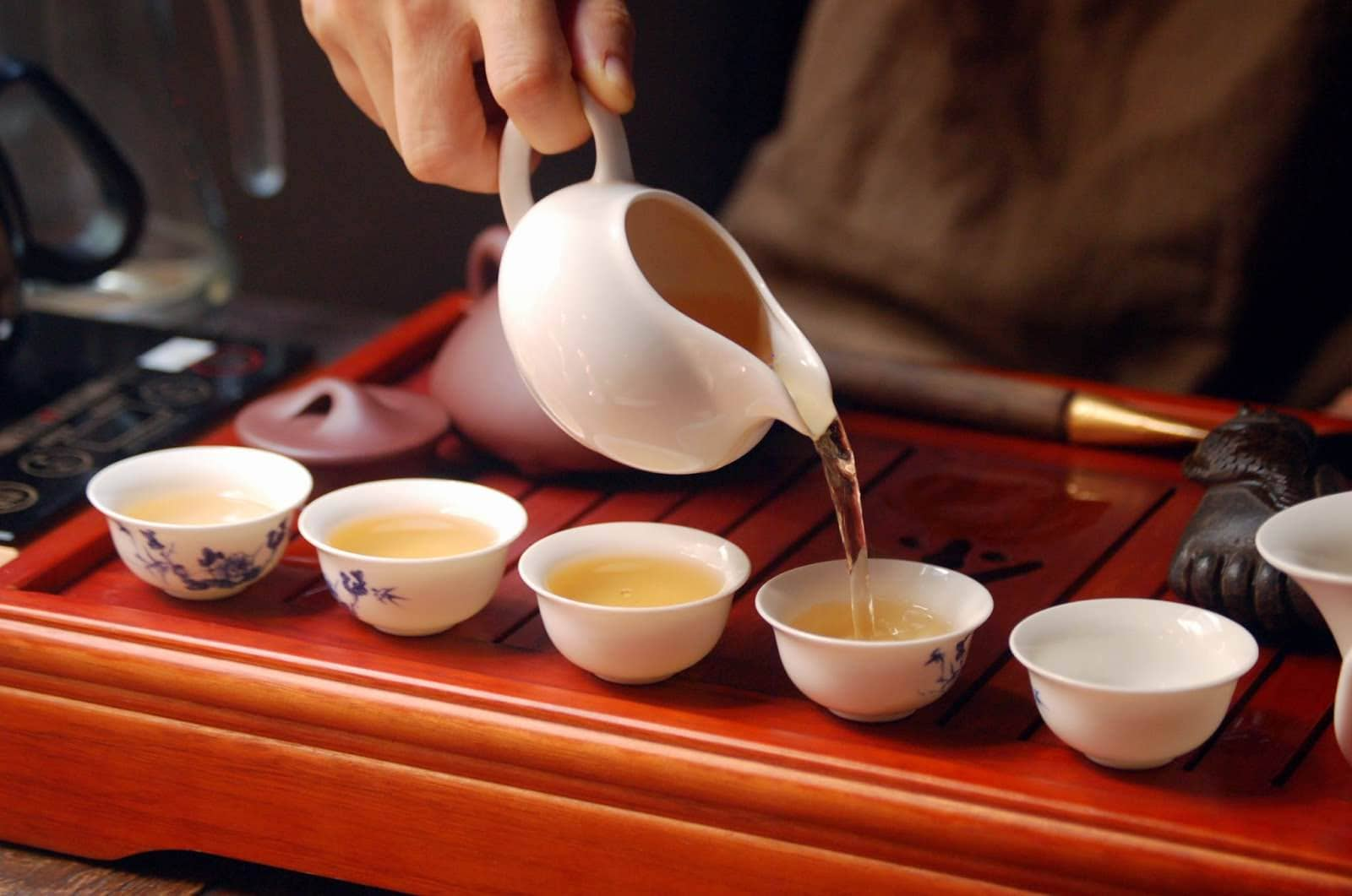 pouring white oolong tea into cups