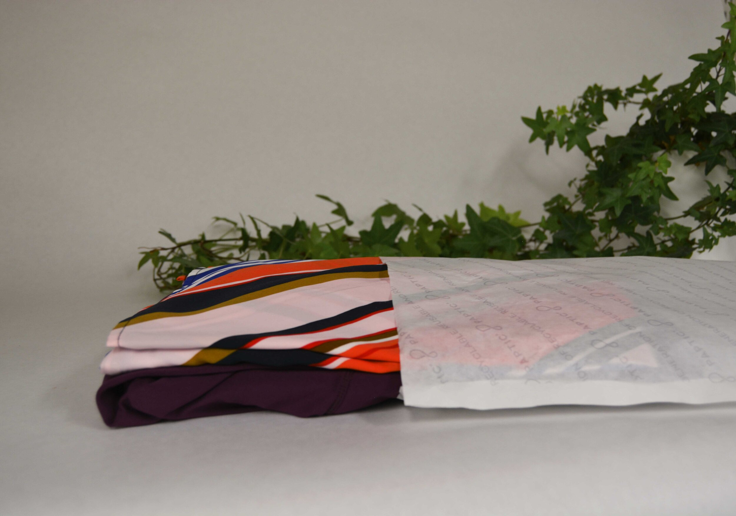 HighPeak - HighPeak Finland Oy是北欧商业礼品和促销产品市场的领导公司之一。高峰也是国际工资集团的一部分,是一家专业从事广告产品的公司网络。必威app精装版苹果版betway必威安卓Paptic®Gavia袋取代了服装厂(即High Peak供应商)的塑料塑料袋来包装t恤。再也没有掉下来的t恤堆了!当High Peak决定用Paptic®袋代替传统的塑料塑料袋包装WRC商品时,可持续的努力是驱动力。betway必威安卓必威app精装版苹果版随着质量和可持续性体验的提高,消费者,Paptic®包装t恤保持良好成堆缓解销售工作在活动。betway必威安卓必威app精装版苹果版以纤维为基础,可回收的Paptic®材料取代塑料包装已经得到了各品牌的赞赏。betway必威安卓必威app精装版苹果版HighPeak致力于为传统业务提供新的优势。在销售点的易于处理是在该领域的积极体验。