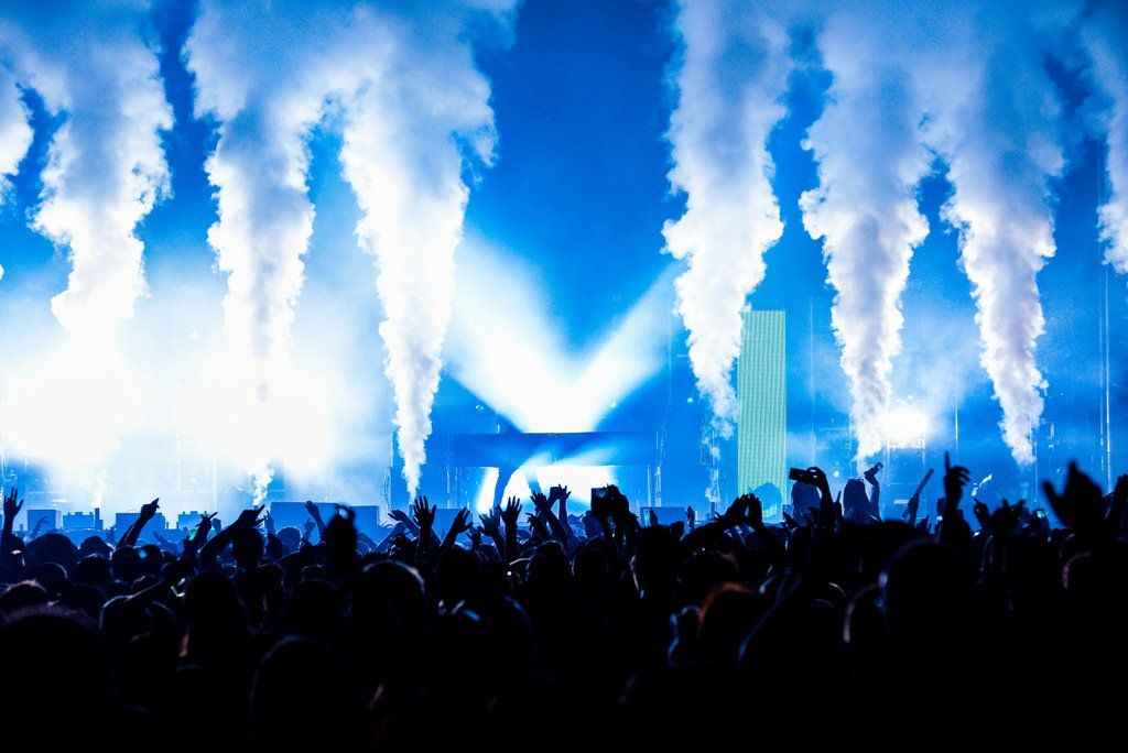 Co2 Jets - Production companies love CO2 jets. Safe for indoor use yet dramatic enough for huge stadiums they add drama and excitement. We use CO2 jets liberally on the set of Big Brother and during our many summer festivals and concerts.
