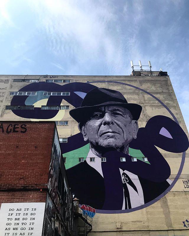 Leonard Cohen, veillant sur Montréal. Un bel hommage !