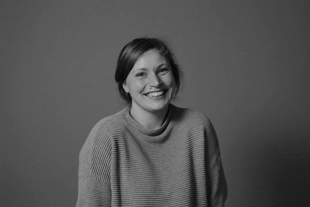 Karianne Berge  Regissør og Lanseringsansvarlig  +47 975 04 300 karianne (at) indiefilm.no  Karianne har masterutdannelse som dokumentarregissør fra Høyskolen i Lillehammer. Hun har jobbet i Indie Film siden 2008, i alle ledd av produksjon og distribusjon. I 2016 debuterte hun som regissør med krimdokumentaren  Granatmannen . I 2017/18 har hun hovedansvar for Indie Films kinodistribusjon av  Natta pappa henta oss  (regi: Steffan Strandberg) og  Røverdatter  (regi: Sofia Haugan).