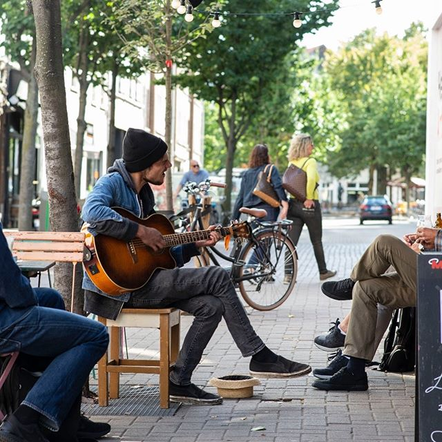 🎼Music is a communication. It's a two-way street. You need people to play to in order to make that communication complete. 🎼⠀ ⠀ ⠀ #street #photography #art #streetphotography #sky #city #travel #photooftheday #instagood #streetstyle #love #style #fashion #photo #architecture #picoftheday #life #ig #nature #photographer #streetart #like #bw #landscape #antwerpen #interior #Kloosterstraat