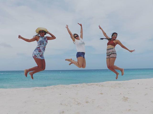 That friday feeling😁 . . . . . . . . #aruba #allaruba #visitaruba #travel #inspiration #nature #islandhopping #islandlife #islandliving #outislands #saltlife #island #paradisebeach #tropicalvibes #paradiseisland #saltescape #islandvibes #vitaminsea #ilovetravel #bestvacations #wonderful_places #travelgram #instatravel #doyoutravel #womentravel