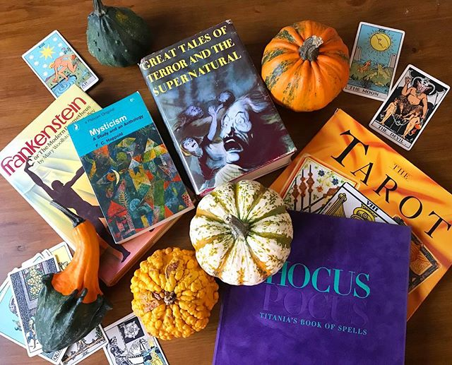 HAPPY HALLOWEEN 🎃 👻🕸🕷🍂 and hello to all of our new followers! Here's a few spooky reads out of our shop. What's everyone reading this All Hallows' Eve? 🔮