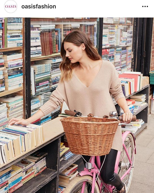 Repost of this shot outside our bookshop by @oasisfashion with @niomismart hope you found a great book to read from our £1 shelf 📚💙
