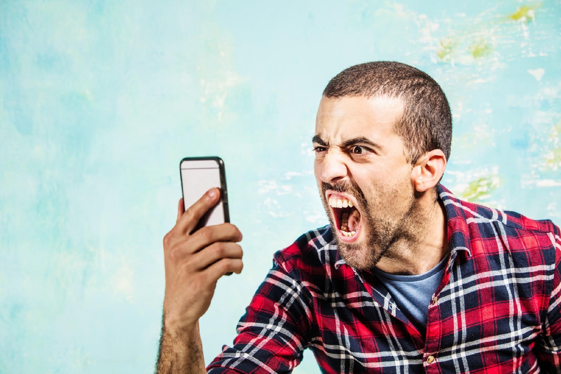 homem-gritando-com-o-celular-1490206779109_v2_1920x1280.jpg