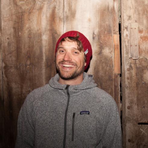Simon Charrière   Skieur et artiste suisse, Simon aime parcourir le monde à la recherche de nouvelles montagnes et de nouvelles inspirations. Plusieurs voyages au Japon, en Norvège, en Géorgie eten Amérique du sud pour le ski et plusieurs expositions d'art en Europe. Sensible à la cause environnementale depuis toujours, il soutient POW avec enthousiasme.   Website   Instagram