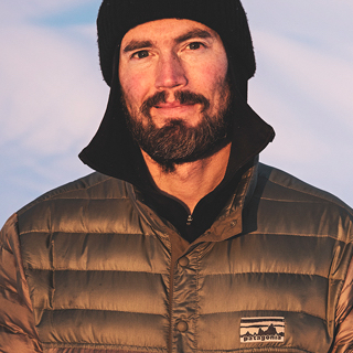 Nicholas Wolken     Il y a 4 ans, Nicholas a co-lancé la marque de snowboard Koruashapes et il y travaille comme ambassadeur et développeur de produits. Depuis deux ans, il est également ambassadeur pour Patagonia. De plus, Nicholas travaillait comme psychothérapeute à Davos. Il s'engage pour POW car, en tant que snowboarder depuis 25 ans, il voit de ses propres yeux comment les glaciers fondent et la quantité de neige diminue. Une relation saine avec la nature et un comportement très respectueux vis-à-vis de l'environnement, c'est le crédo de Nicholas.   Website   Instagram