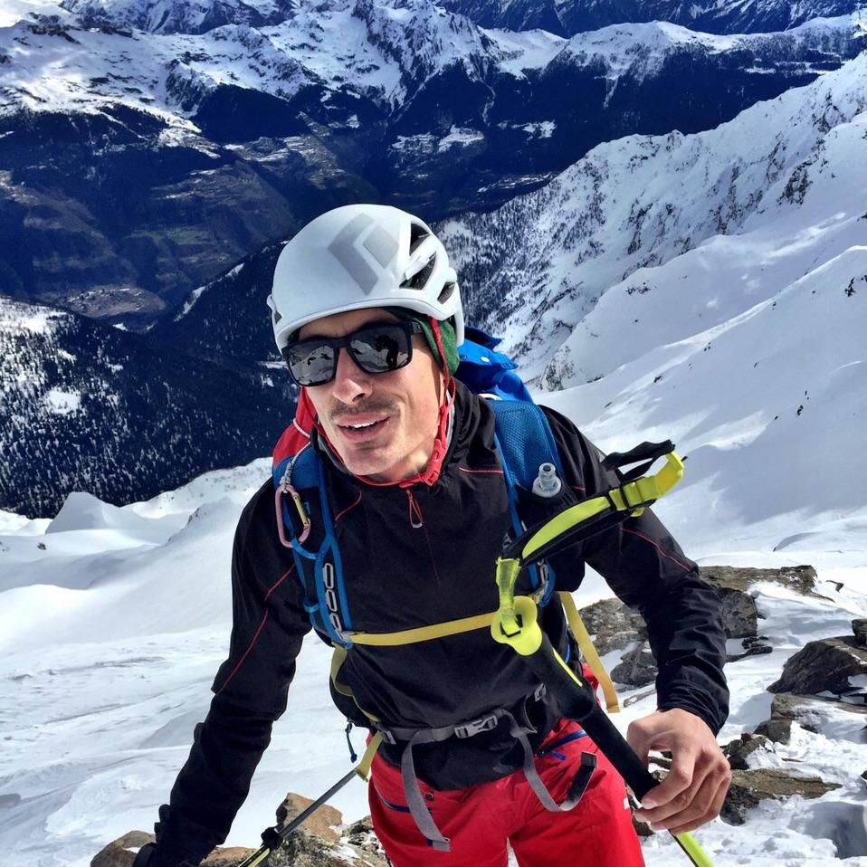 Mauro Dotta   Mauro est enseignant à l'école primaire, professeur de ski et alpiniste. Il vit et travaille en montagnedans leTessin. Après plusieurs voyages pour des compétitions et pour le plaisir, il en est venu à la conclusion que, où qu'on aille, les montagnes sont partout un beau terrain de jeu. Il a alors décidé d'explorer les montagnes avoisinantes de la manière la plus respectueuse possible. Avec un peu d'imagination, il ne faut pas chercher les aventures dans la nature bien loin.   Instagram   Website