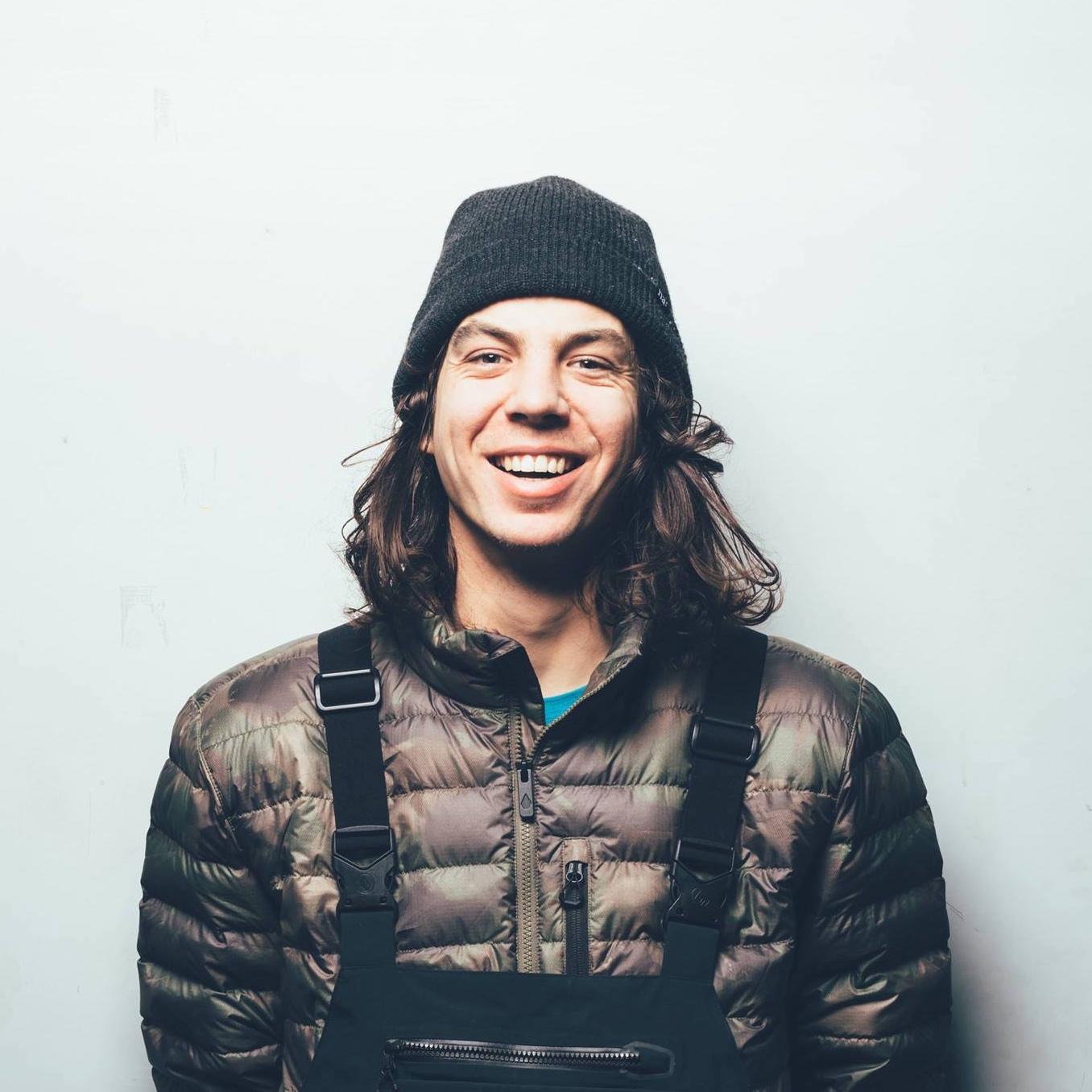Levi Luggen   Levi a commencé le snowboard à l'âge de 6 ans. Après avoir fait des compétitions durant quelques années, il fait le saut vers la photographie et le tournage de films au niveau international. Les tournages avaient souvent lieu dans des pays éloignés mais ces dernières années il est devenu de plus en plus souvent possible de tourner en Suisse. Afin d'explorer les montagnes locales tout au long de l'hiver et de protéger l'environnement et le climat, Mat Schaer et Levi travaillent sur un projet de film dans lequel ils rident uniquement avec le splitboard et voyagent de façon aussi durable que possible. Ce faisant ils montrent également que les plus belles montagnes sont souvent celles qui se trouvent à notre porte.   Instagram