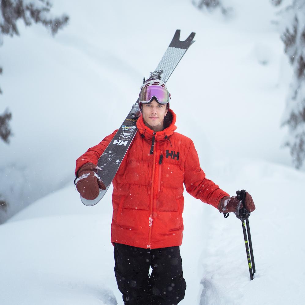 Daniel Loosli   Daniel se consacre au freeski depuis 10 ans avec passion. Mais pas seulement en tant que freeskier, mais aussi en tant que photographe. Il travaille pour différents magazines et marques. Daniel fait aussi de plus en plus la peau de phoque et skie exclusivement en Suisse depuis sept ans. Parce qu'il est convaincu qu'il y a encore beaucoup d'endroits à découvrir dans les Alpes.   Instagram