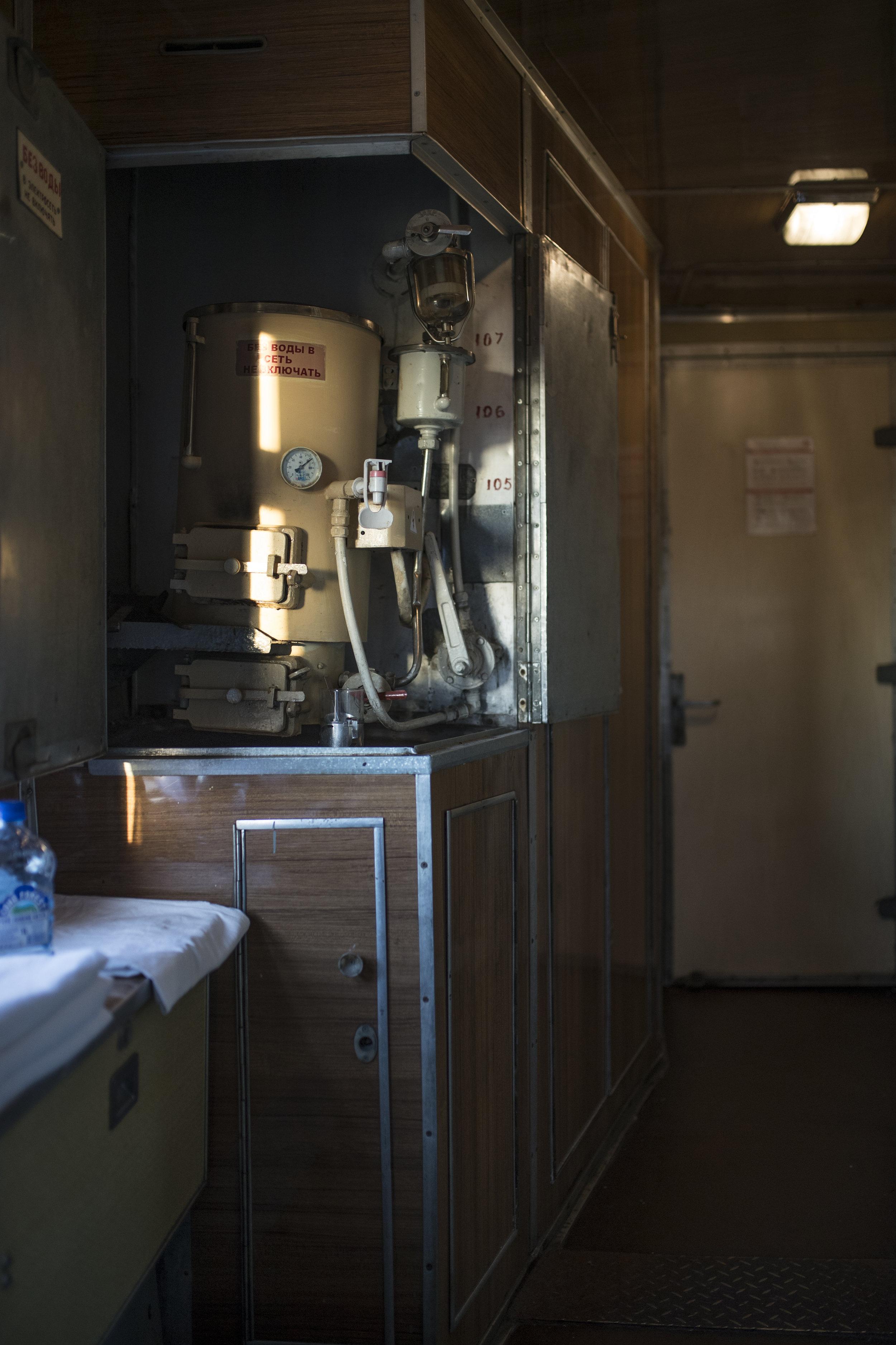 """Heißes Wasser ist kostelnlos und hilft enorm beim """"kochen"""". Klassisch gibt es im Abteil hauptsächlich 2-Minute-Noodles, wir haben es jedoch geschafft, frischere warme Malzeiten zuzubereiten, wie es sie im Essenswagon zu kaufen gibt! Rezepte folgen ;)"""