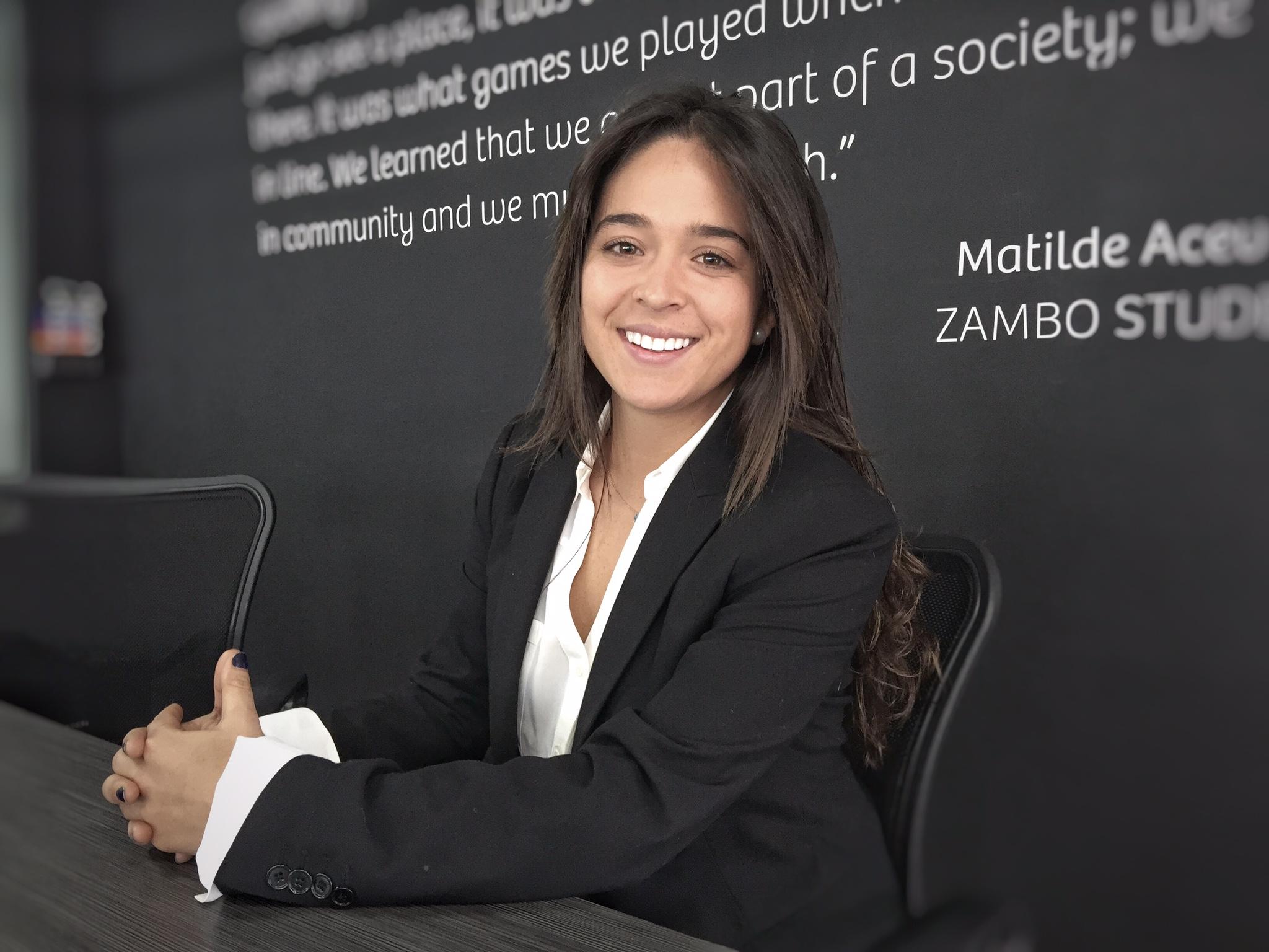 Mariana González - Mariana es la CFO de la compañía,es una apasionada aventurera; ella es una de las pocas mujeres colombianas que ha conducido sola de Colombia hasta la Argentina en una motocicleta. Mariana estudióAdministración de empresas en la Universidad de los Andes. Ella ha tenido una larga trayectoria con Zambo, ya que mientras estudiaba en la universidad, trabajó como instructora en diferentes programas. Antes de trabajar en OBA, Mariana formaba parte del departamento financiero de una empresa del grupo Ecopetrol,donde se encargaba de la gestión de riesgos.
