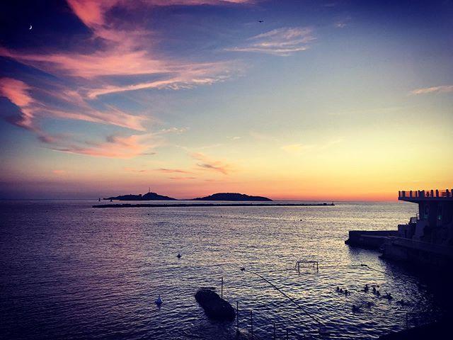 About last night.... . . . #marseille #cercledesnageursdemarseille @cnmarseille #iconic #insolite #sunsetswim #coucherdesoleil #view #plage