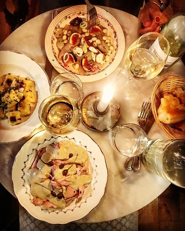 Find la dolce vita at Il Capriolo. Creamy vitello tonnato. Sea bream sashimi paired with figs. And the most pillowy Gorgonzola gnocchi outside of Italia. Served by candlelight with generous helpings of conviviality. . . . Ça veut dire: La dolce vita dans l'assiette