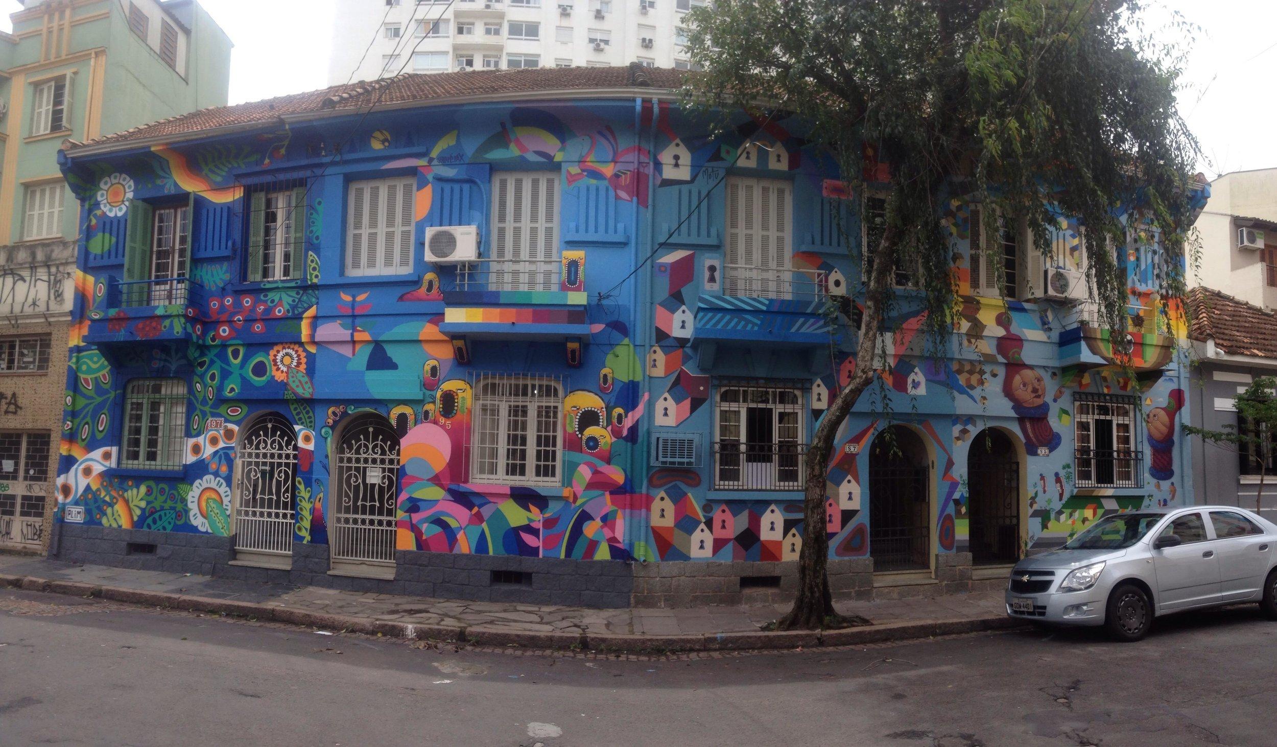As fachadas dos sobrados da Rua Alberto Torres, na Cidade Baixa, pintadas por Amaro Abreu e outros cinco grafiteiros em outubro (Foto/Divugação Coletivo PaxArt)
