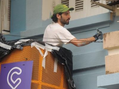 Na grua, concentrado na revitalização da sacada (Foto/Divulgação)