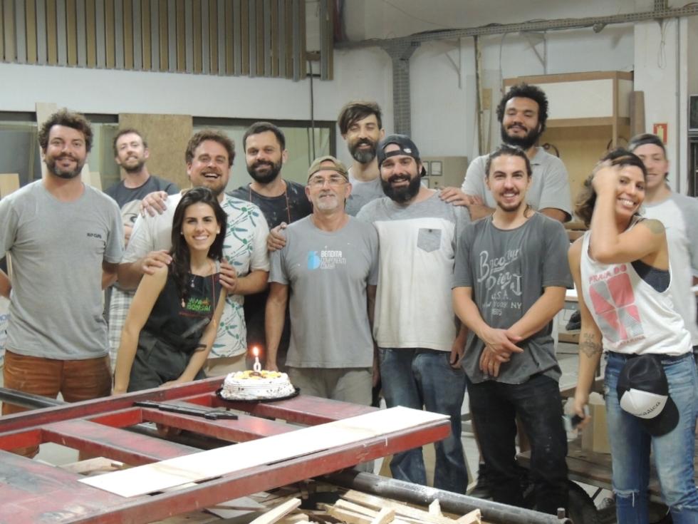 A galera do Galpão Makers reunida na área de produção para comemorar aniversário de um dos residentes (Foto/Divulgação)