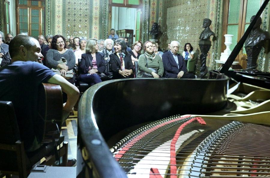 O violonista Dinho Oliveira se apresenta diante de uma plateia fiel que frequenta o Salão Mourisco, com excelente acústica e arquitetura inspiradora