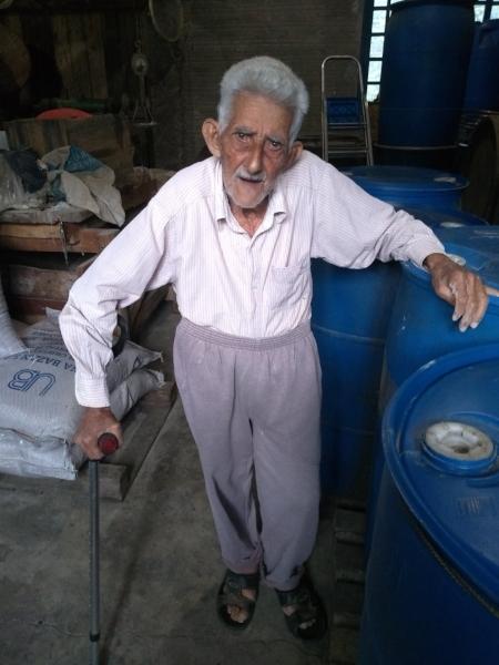 Vô Zeca,ativo no alambique, aos 90 anos (Foto/Rua da Margem)
