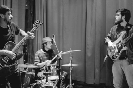A banda Molho, que Marcelo formou com Tiago Scott na guitarra e Lucas Pedroso, o Oggo, na bateria, mistura jazz, soul, rock e blues
