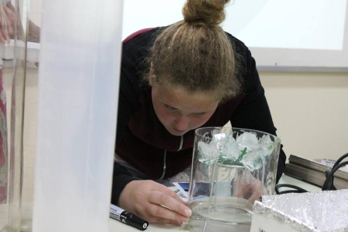 Aluna participa de atividades de iniciação científica, que despertam a curiosidade e a busca de inovação