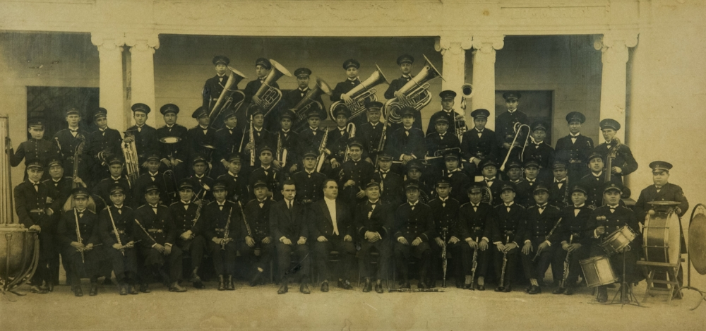 Primeira Banda Municipal, em 1926 – ao centro, sentado na primeira fila, José Corsi, que arregimentou músicos na Itália e na Argentina; à sua esquerda, o maestro José Leonardi