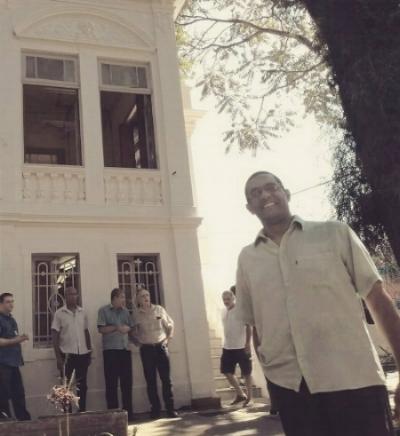 Marco Antonio Lopes, diretor do grupo musical, em frente ao sobrado