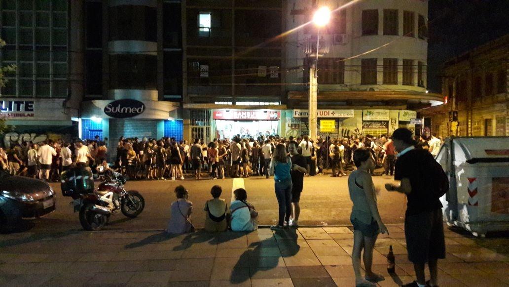 O bar da Avenida Independência atrai mais uma vez grande contingente de frequentadores madrugada adentro (Foto/Thiago Fiori)