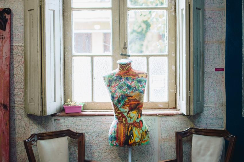 Clube de Costura Livre: oficinas oferecem autonomia para executar ajustes necessários à manutenção das roupas (Foto/Luiza Anderle)