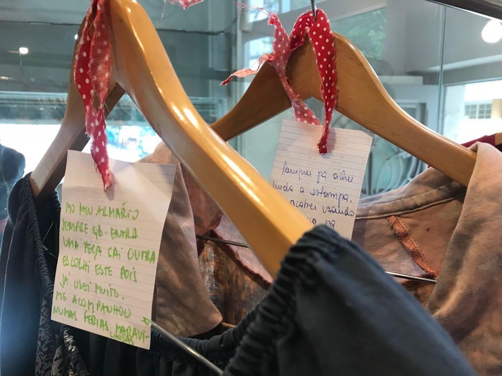 Mensagens com as histórias de vida que acompanham as roupas trocadas na Arara Colaborativa da loja Profana (Foto/Divulgação)