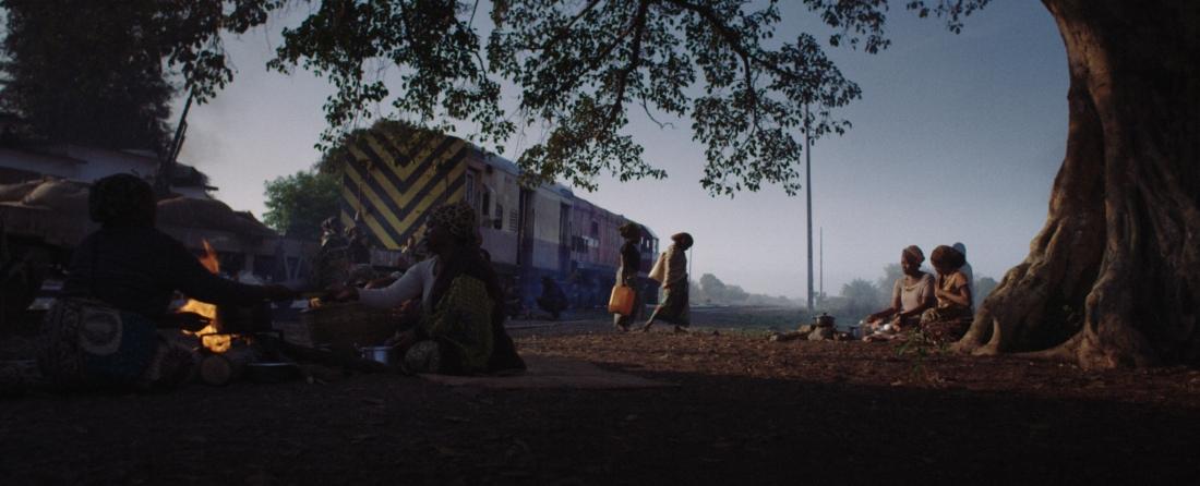 Na trama de  Comboio de Sal e Açúcar , mulheres viajam 700 km de trem até Malawi numa viagem de alto risco, com emboscadas e linhas sabotadas (Fotos/Divulgação)