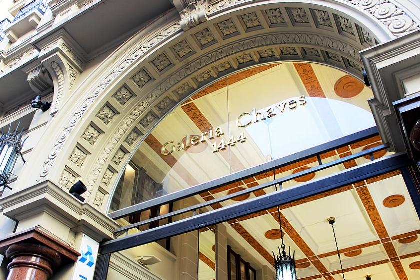 A fachada com portal em arco ladeado por colunas de granito: arquitetura com elementos renascentistas (Imagem do site do Hotel Praça da Matriz)