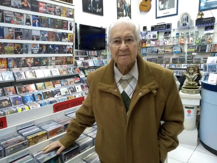 Nilo Sehn, da Via Imports, há 35 anos na galeria, dá continuidade à tradição de lojas de discos no espaço comercial (Foto/Rua da Margem)