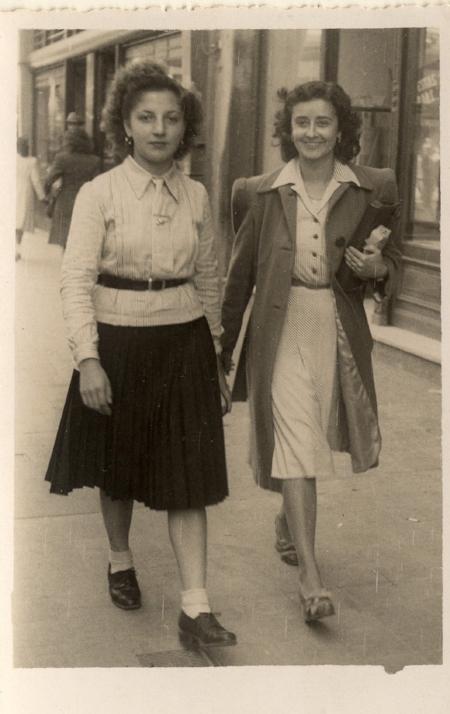 Moças passeiam na Rua da Praia na década de 1930 (Acervo do Museu de Porto Alegre Joaquim Felizardo/Autoria desconhecida)