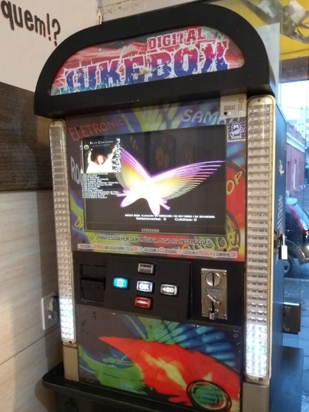 Marca de boteco autêntico, a jukebox oferece música em troca de moedinhas