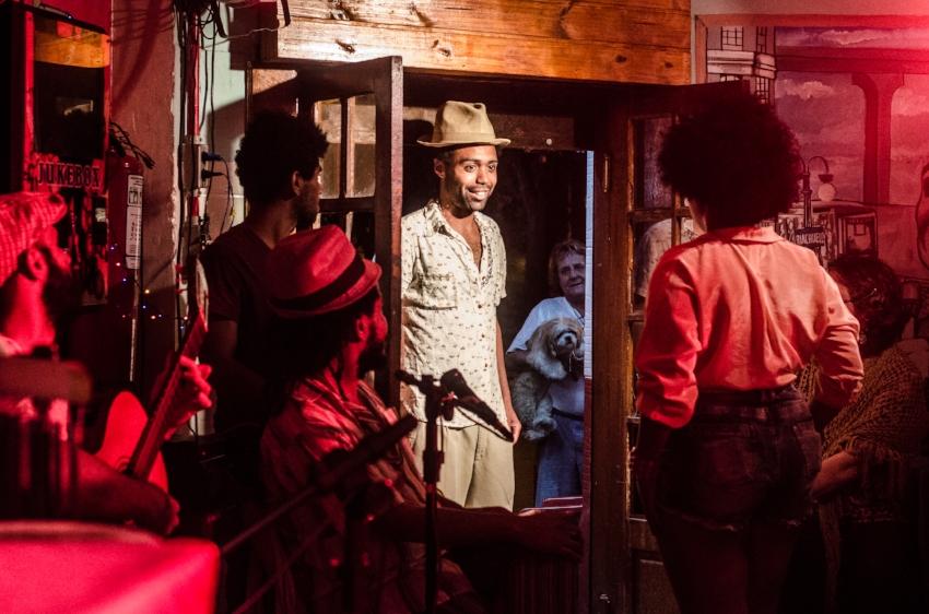 Apresentação da peça teatral  AfroMe , do Grupo Pretagô,no Boteco do Paulista (Foto André Olmos com o ator Bruno Cardoso em destaque)
