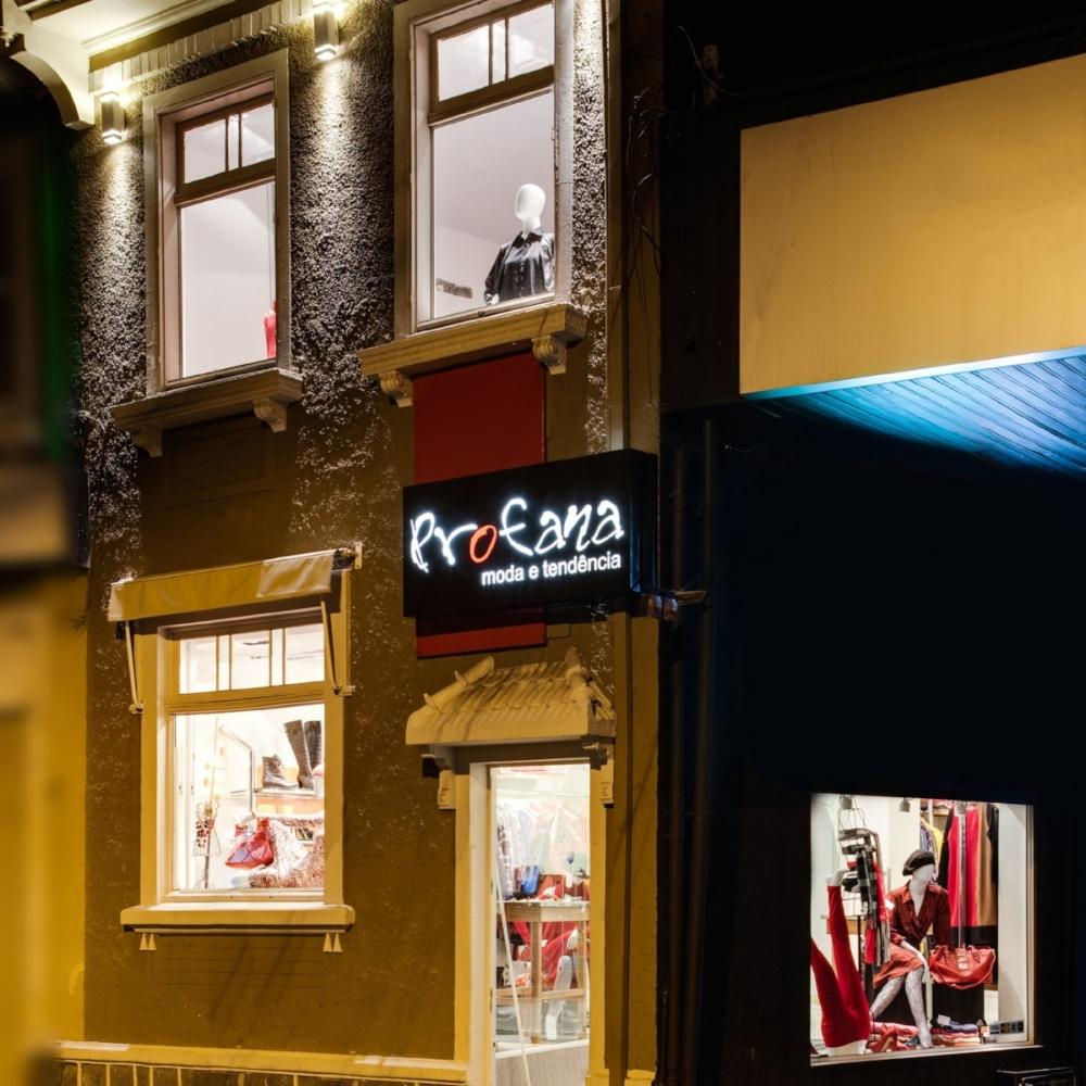 Fachada da loja da Profana na Rua Lima e Silva, na Cidade Baixa: ambiente aconchegante e cores vivas nas vitrines (Fotos/Divulgação)